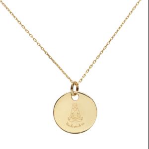Médaille en plaqué or avec une femme en position de yoga. Collection namasté pour prendre ses proches pendant le coronavirus. Prends soin de toi !